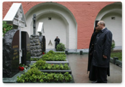 Putin and Kirill at Denikin grave May 2009